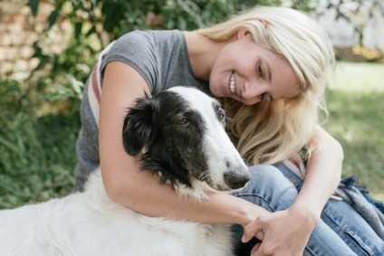 Come educare un cane al guinzaglio: il rinforzo positivo